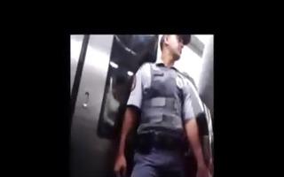 mala do policial militar dentro do metro