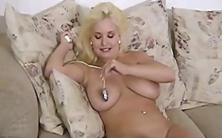 mariah lynn put sex-toy on her tight shaved pussy